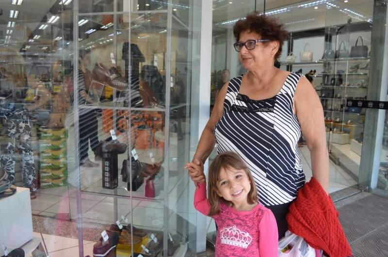 Maria Machado e Rafaelly adoram olhar vitrines no Centro (Foto: Naiane Mesquita)