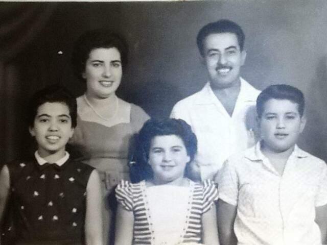 Léia (meio) ainda criança, ao lado da família. (Foto: Arquivo Pessoal)