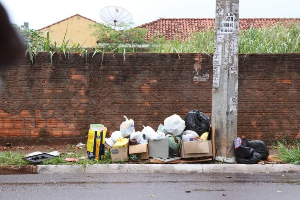 Sacolas com resíduos acumulados na calçada (Foto: Henrique Kawaminami)
