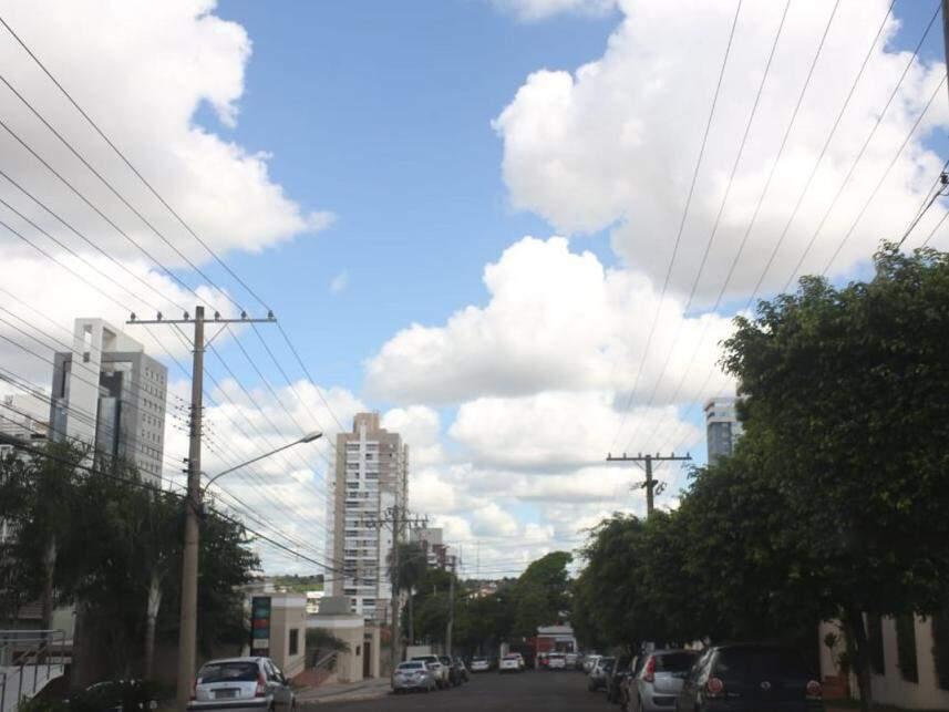 Tarde de sexta-feira (dia 22) com nuvens e tempo abafado em Campo Grande. (Foto: Paulo Francis).