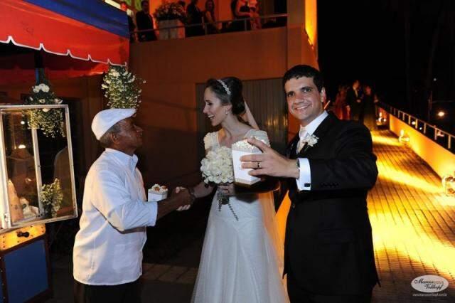 Juliana, o esposo e Baiano, o pipoqueiro contratado para dar um toque especial ao fim da cerimônia religiosa.