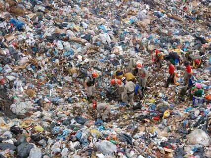 Em meio a briga judicial, destino do lixo começa a ser definido na segunda