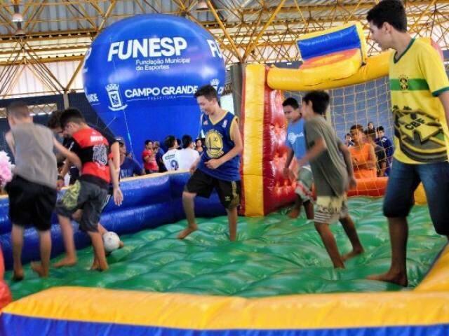 Crianças brincam durante ação da Funesp. (Foto: PMCG)