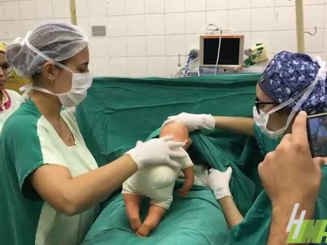 Equipe mostra como é possível fazer o contato pele a pele.