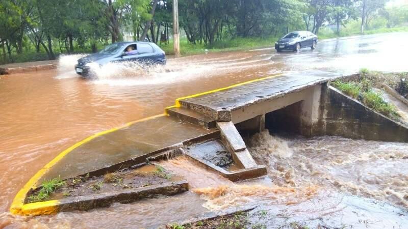 Ponte sobre o Córrego Rego D'Água ficou alagada na Rua Monte Castelo (Foto: Eliel Oliveira)