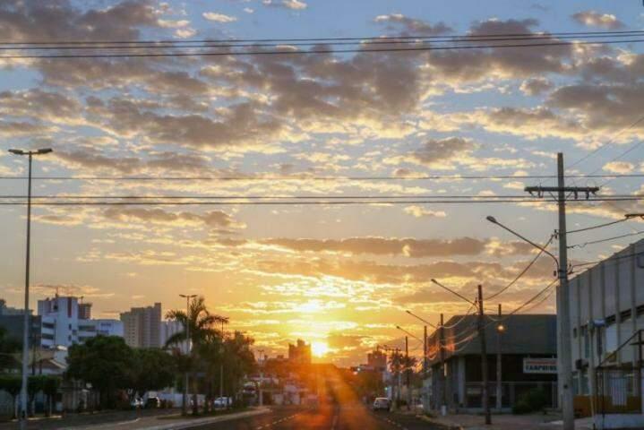 Sol com céu nublado compõem cenário de dia amanhecendo na Avenida Fernando Corrêa da Costa (Foto: Henrique Kawaminami)