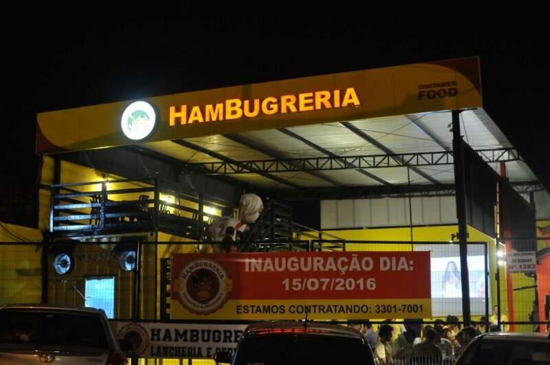 Hamburgueria tem dois ambientes, com deck em cima do container