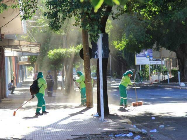 Equipe da Solurb iniciou os trabalhos de limpeza da via por volta das 7h e deve seguir até às 11h (Foto: Marina Pacheco)