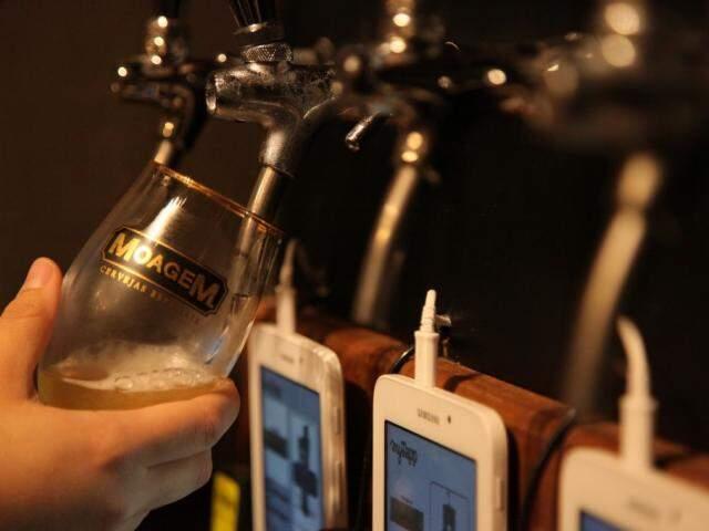 Basta entrar na loja, pegar o copo e servir à vontade; o cliente só paga o que consumir. (Foto: João Paulo Gonçalves)