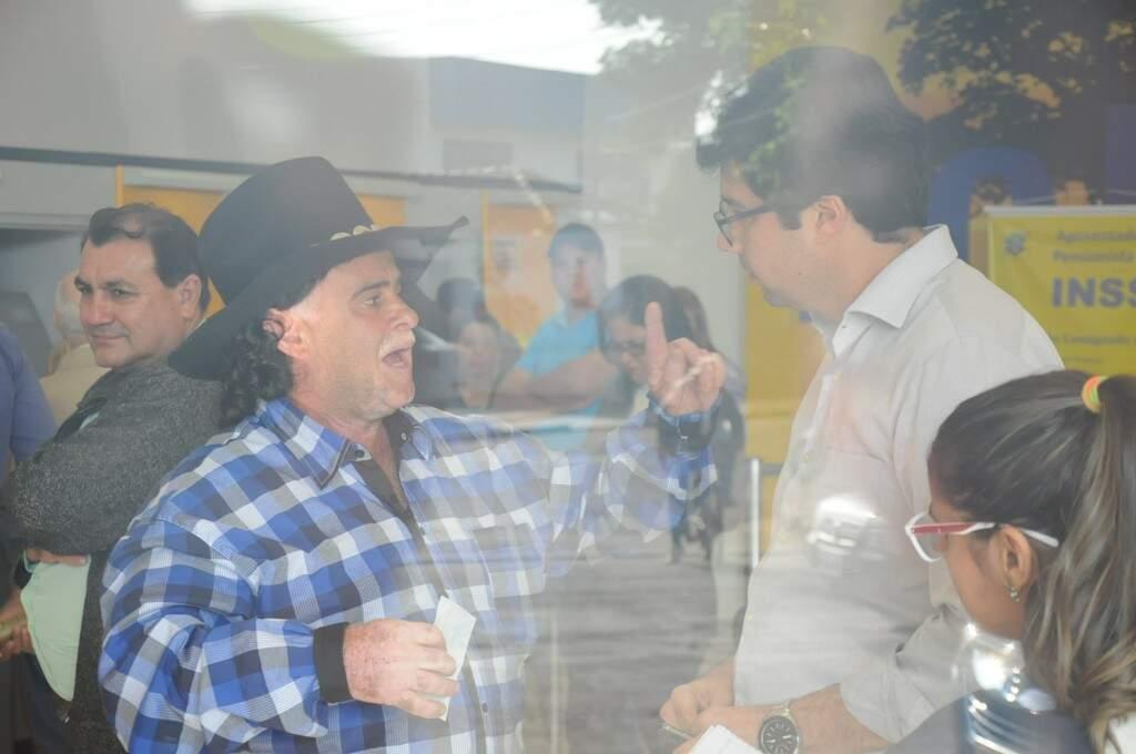 Carlos Sandim durante conversa com um dos gerentes da agência, na tarde de ontem (05). (Foto: Paulo Francis)