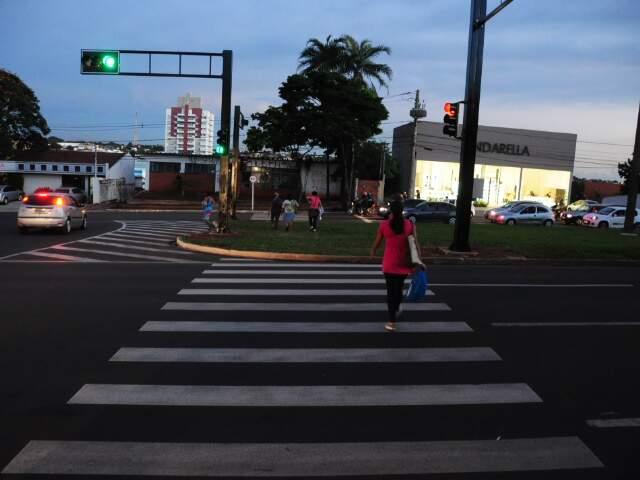 Afonso Pena com Alagoas: para atravessar para o outro lado da pista, só passando pelo meio da grama. (Foto: Rodrigo Pazinato)
