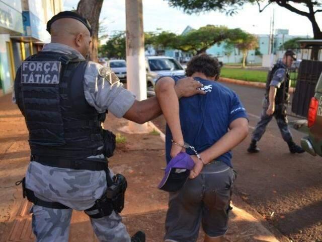 """Danilinho é imobilizado por policial militar após furtar bolsa para poder voltar ao presídio e encontrar """"grande amor"""" (Foto: Sidney Bronka/94 FM)"""