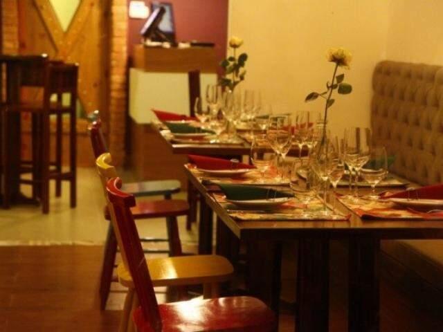 Espaço interno do restaurante. (Foto: Cleber Gellio)