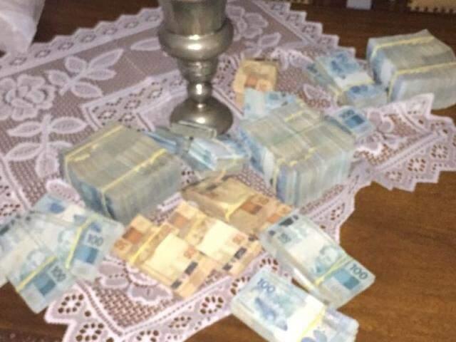 Notas de R$ 50 e R$ 100 foram apreendidas (Foto: divulgação / PF)