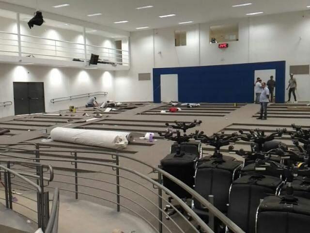 Reforma do Plenário Oliva Enciso deve ser finalizada até meia noite, com instalação de cadeiras (Foto: Kleber Clajus)