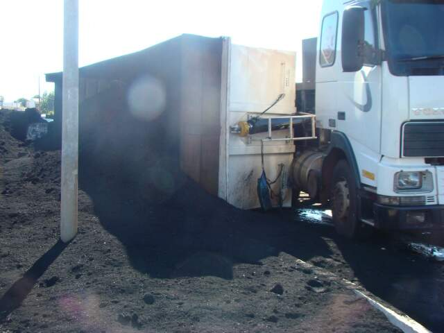 Carreta levava carga de munha de carvão para Miranda. (Foto: Janio Batista de Macedo)