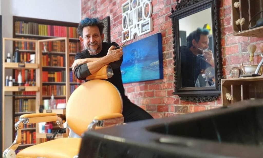 O cabeleireiro sul-mato-grossense Roberto Marques em seu salão em Lisboa (Foto: Bárbara Marques)