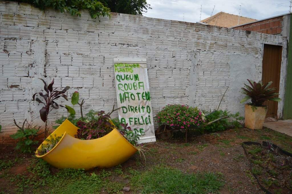 Placa surgiu para preservar o jardim. (Foto: Thailla Torres)