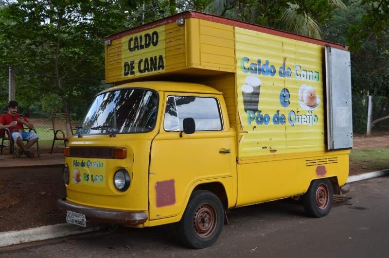 Kombi de 1998 foi adaptada para food que vende caldo de cana, saldados e café. (Foto: Thailla Torres)