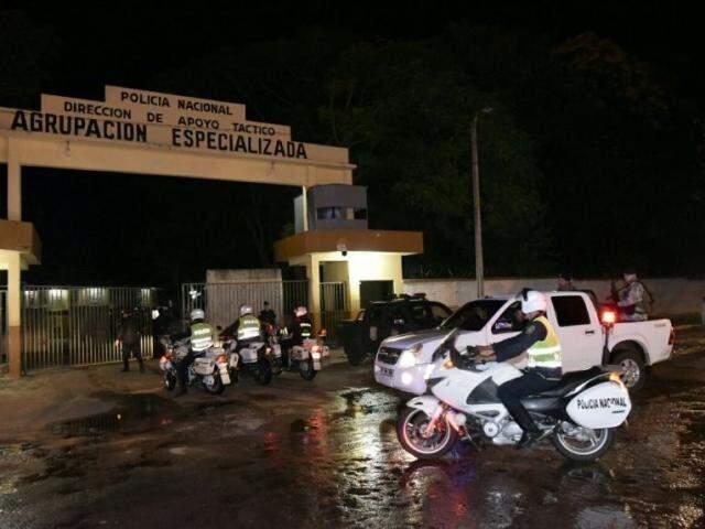 Movimentação na madrugada de hoje em frente ao quartel de grupo de elite da polícia, onde Pavão estava preso (Foto: ABC Color)