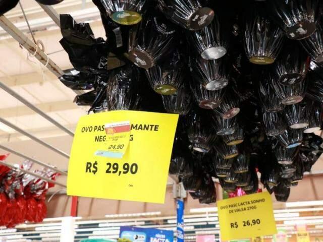 Preços são remarcados para atrair clientes em supermercado. (Foto: Henrique Kawaminami)