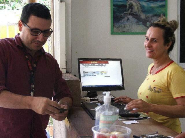 """""""Apostador"""" Douglas e dona do restaurante Andrea (Foto: Saul Schramm)"""