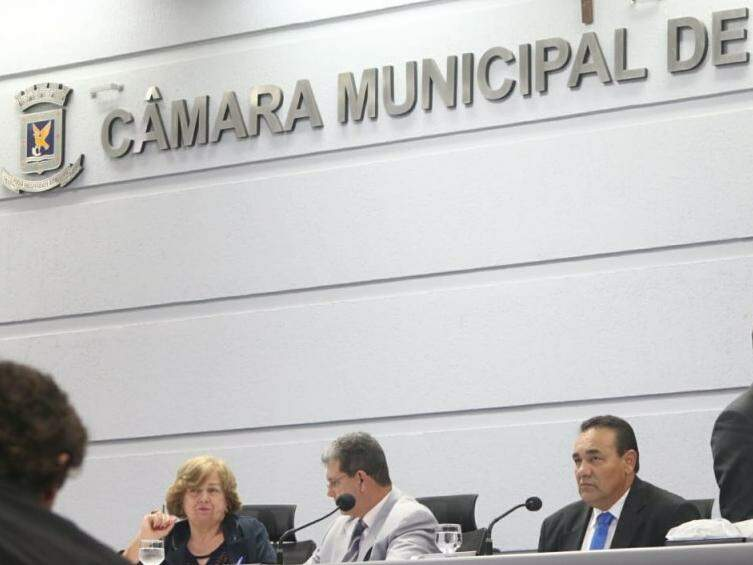 Vereadores na Mesa Diretora da Câmara Municipal. À esquerda, João Rocha, ao lado do vereador Carlão. (Foto: Henrique Kawaminami/Arquivo).