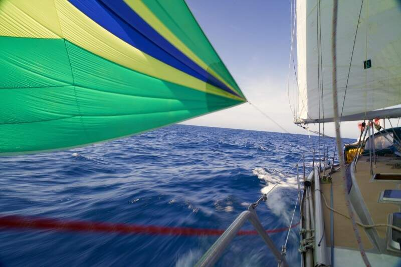 Impulsionado por uma leve brisa, barco em alto-mar entre as ilhas Canárias e o Cabo Verde. (Foto: Tassio Azambuja)
