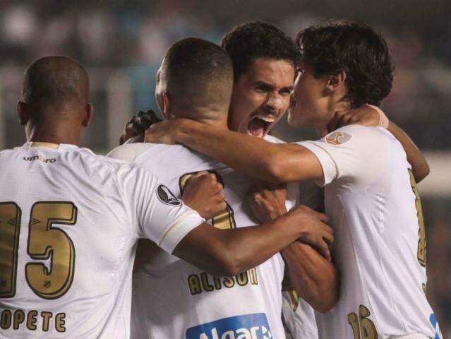 Jogadores comemorando um dos dois gols da vitória do Santos sobre o adversário. (Foto: Fox Sports)