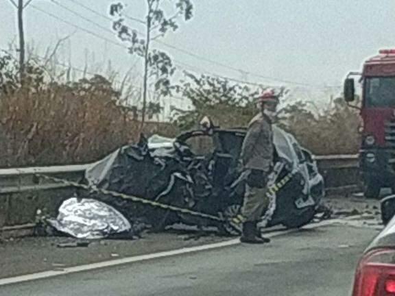 O carro bateu de frente com a carreta e ficou completamente destruído (Foto: Reprodução/ Destakagora)