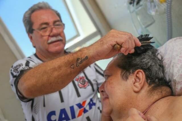 Seu Luiz tem o amor no peito e também tatuado no braço. (Foto: Fernando Antunes)