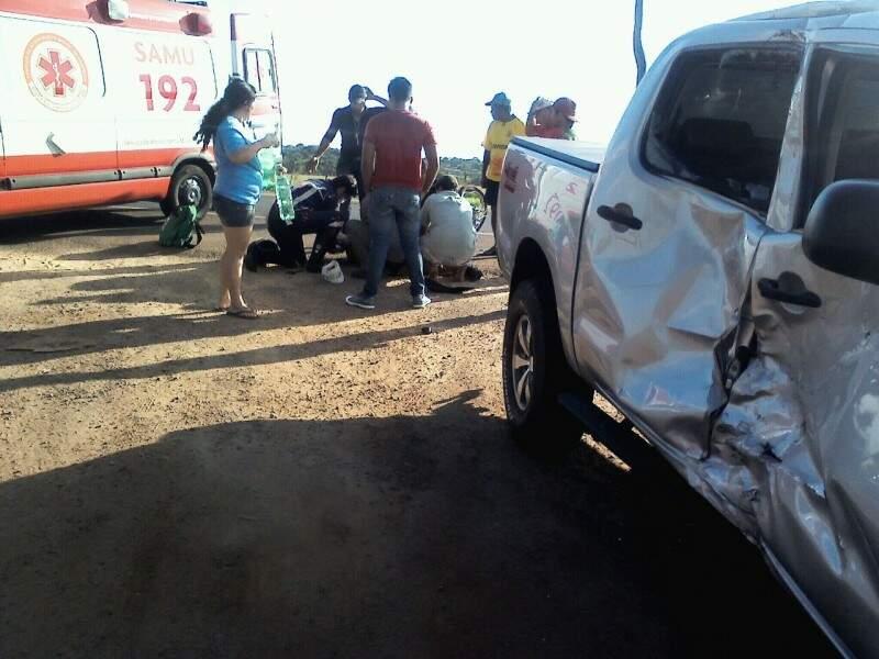 Motociclista bateu no lado direito da caminhonete.