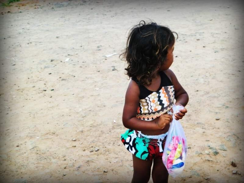 Crianças receberam roupas personalizadas (foto: Karina Boer)