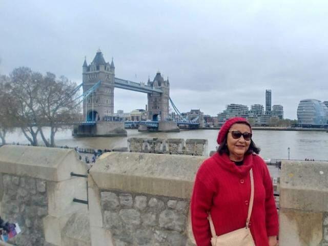 Aldenora em frente à Torre de Londres e Tower Bridge (Foto: Arquivo pessoal)