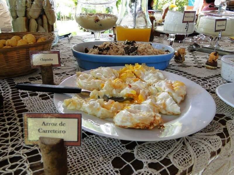 Quebra-torto também está à mesa, a famosa combinação arroz carreteiro e ovo. (Foto: Míriam Arazini)