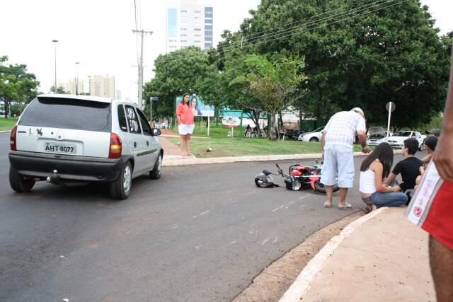 Moto e Corsa colidiram na avenida Afonso Pena. (Foto: Marcos Ermínio Dias Cáceres)