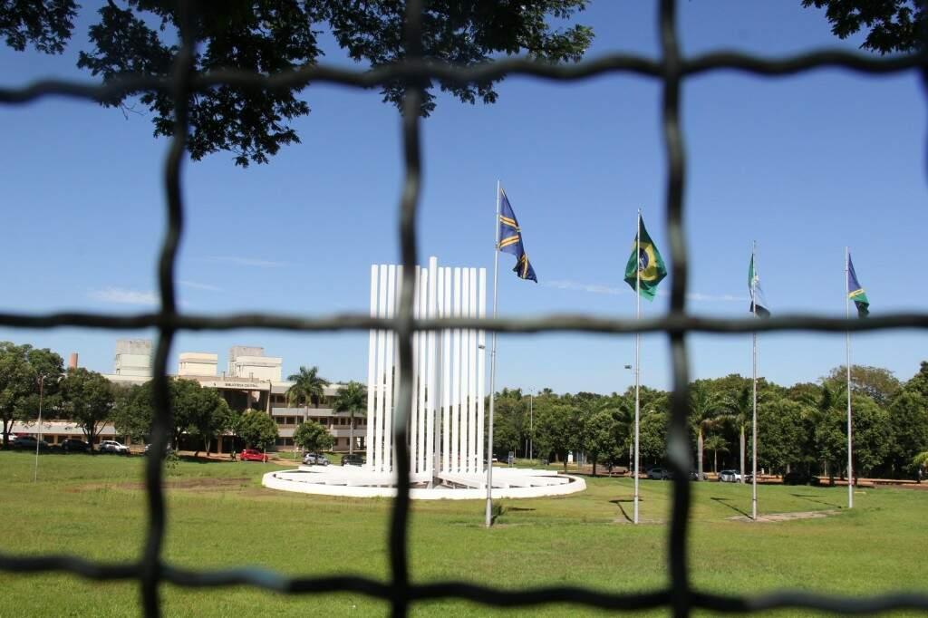 O campus, cujo símbolo é o Paliteiro, foi cercado por segurança. (Foto: Marcos Ermínio)