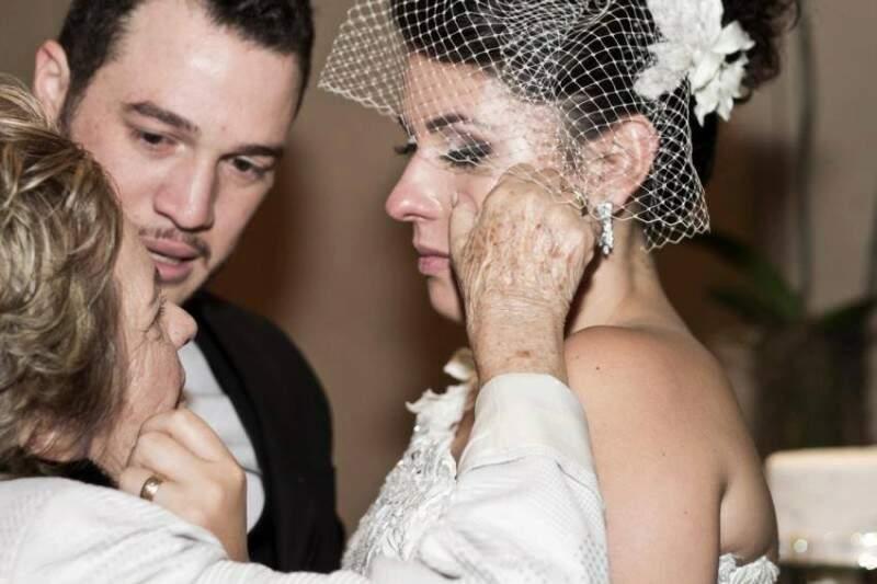 """Casal com a avó, dona Maria de Lourdes, que quando descobriu que era passada para trás, tratou de se """"vingar""""."""