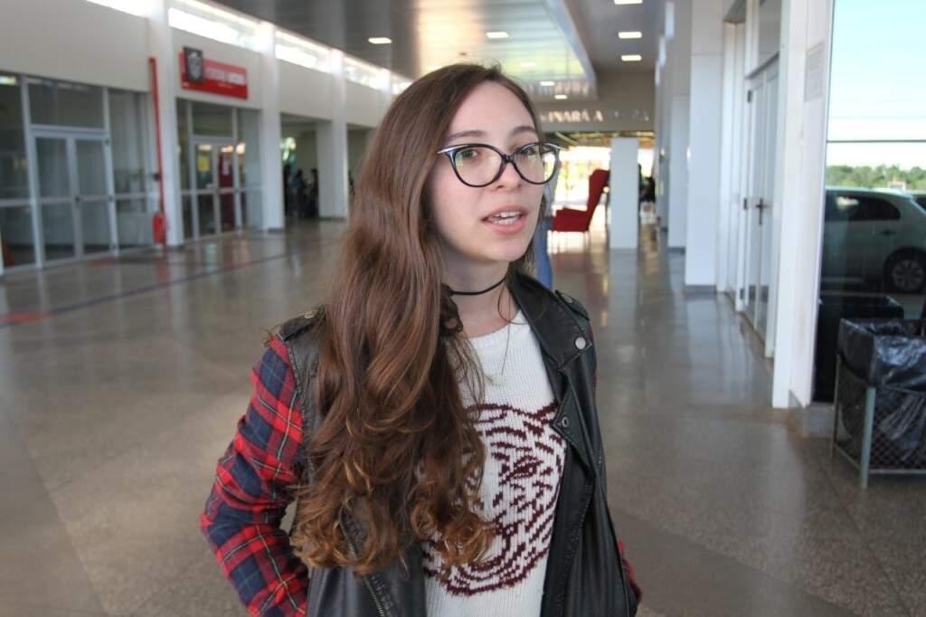 Acadêmica de Arquitetura, Gabriela Sobrinho, após prova na UCDB. Prova fácil. (Foto: Saul Schramm)
