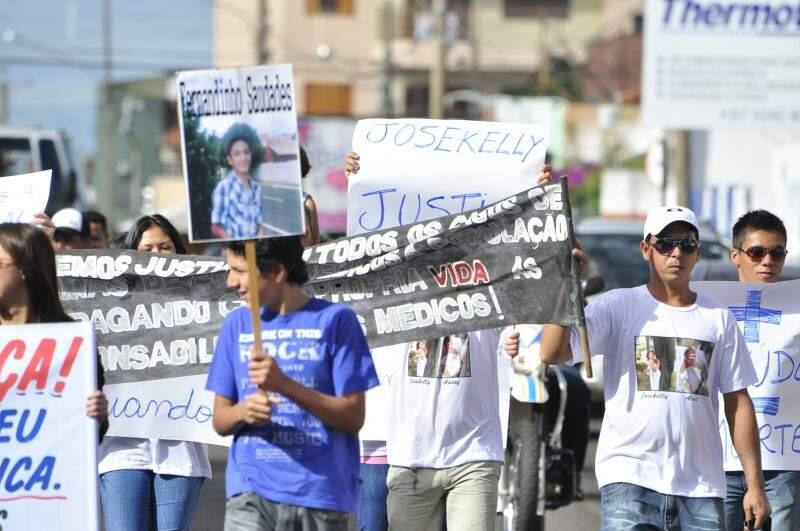 Manifestação contra o erro médico no centro de Campo Grande (Foto: João Garrigó)