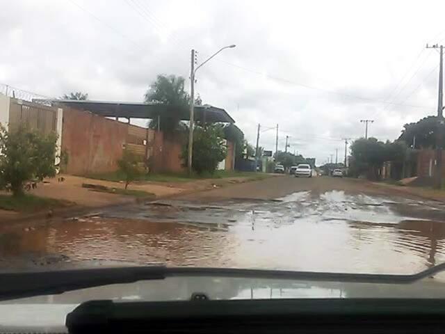 Morador reclama da situação da Rua Leão Zardo, no Jardim São Conrado (Foto: Direto das Ruas)