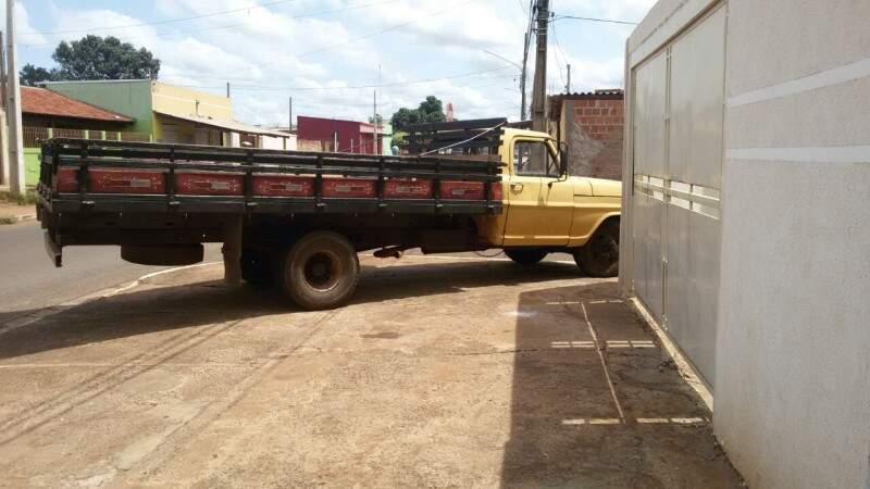 Segundo o advogado, caminhão ficou mais de 1 hora na calçada. (Foto: Direto das Ruas)
