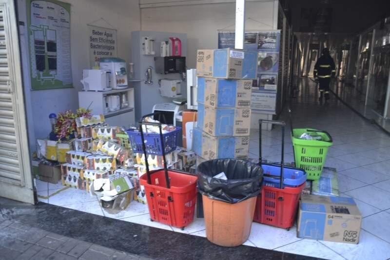 Centro comercial fica fechado hoje (Foto: Simão Nogueira)