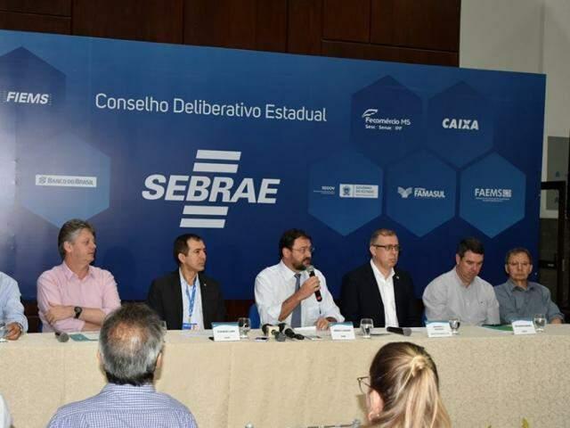 Mesa com representantes de entidades do setor produtivo e secretários estaduais (Foto: Fiems/Divulgação)