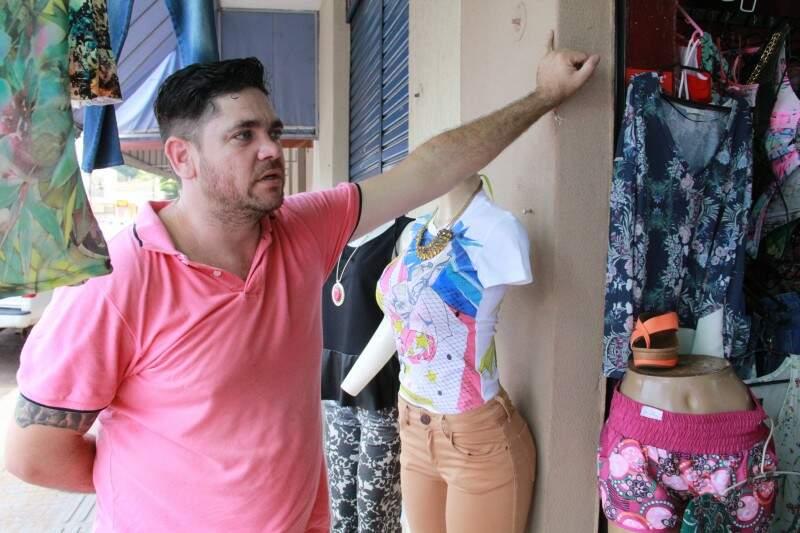 Carlos já viu gente levando roupas do seu brechó, mas para ele é o melhor ponto da cidade. (Foto: Marcos Ermínio)