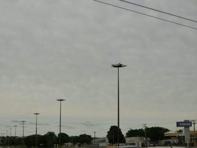 Tempo que havia amanhecido claro, fechou durante a manhã na Capital (Foto: Alcides Neto)