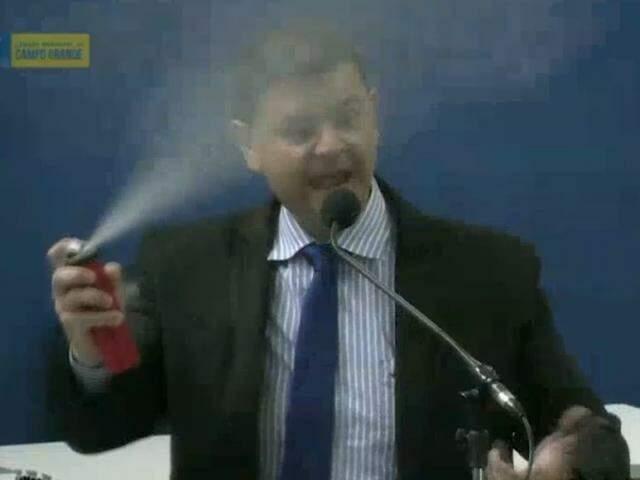 """Vereador Vinícius Siqueira em discurso hoje na Câmara: """"spray"""" contra Guarda Municipal (Foto/Reprodução)"""