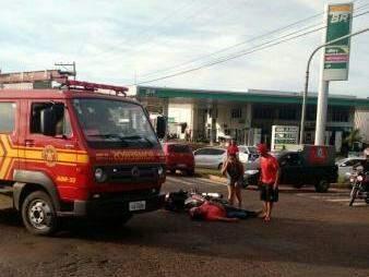 Motociclista e pedestre foram ajudados por pessoas que passavam pelo local até a chegada dos Bombeiros (Foto: Direto das Ruas)