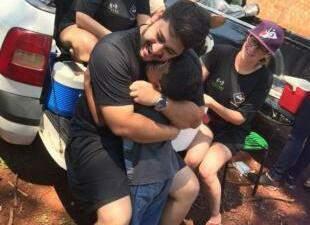 Filho de Marília e coordenador do Projeto, Eduardo ameniza saudades com abraço das crianças.   (Foto: Acervo Pessoal)