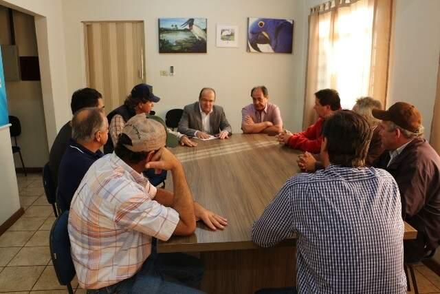 José Carlos Barbosa e Zé Teixeira reunidos com produtores de Caarapó (Foto: Helio de Freitas)